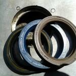 3 Ausführungen v.l.n.r.: Verstärkte Ausführung / blauer Standardring einfach / Viton-Simmerring mit zusätzlicher Dichtungslippe